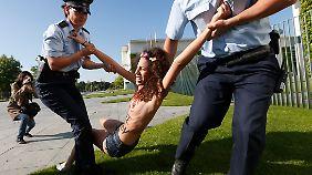 Lange währte der Protest nicht. Polizeibeamte beendeten die Aktion der Aktivistinnen, die sich nur widerwillig wegführen ließen.