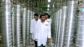 Irans damaliger Präsident Ahmadinedschad inspiziert im März 2007 die Atomfabrik in Natans.
