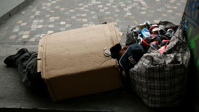 Die Wirtschaftskrise in Europa ist zu einer sozialen Krise geworden: Das verdeutlichen Berichte über zunehmende Obdachlosigkeit, lange Menschenschlangen vor Suppenküchen in Athen, Zwangsräumungen in Spanien, aber auch über Selbstmordwellen in Italien.