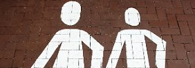 Interesse an jüngeren Frauen: Männer schuld an Wechseljahren?