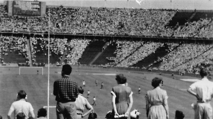 Viele Plätze blieben im Meisterschaftsendspiel 1953 leer. Sie waren für Fans aus Ost-Berlin reserviert gewesen und erinnerten während des Finals an den blutig niedergeschlagenen Volksaufstand in der DDR.