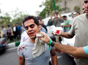 Ahmadinedschad zeichnet dafür verantworlich, dass die Grüne Revolution im Iran gewalttätig niedergeschlagen wurde.