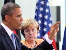 Ernste Kanzlerin, gestikulierender US-Präsident