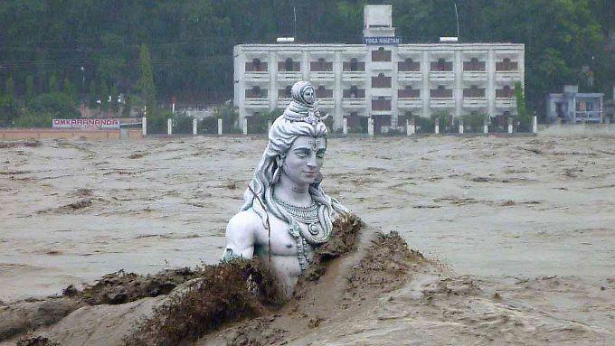 Überflutete Shiva-Statue im Ganges bei Rishikesh: Nach sintflutartigen Monsunregen im  Norden Indiens befürchten die Behörden derzeit mehr als eintausend Todesopfer.
