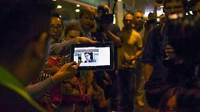 Auf dem Flughafen Scheremetjewo fragen Journalisten Reisende, ob sie Snowden an Bord ihrer Maschine gesehen haben.