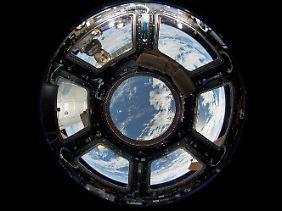 Blick auf die Erde durch ein Kuppelfenster der ISS: