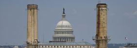 """Die Türme des """"Capitol Plant"""" vor dem US-Kongressgebäude in Washington.  Das Kohlekraftwerk versorgt seit 1910 etliche Gebäude der Regierung mit Strom."""