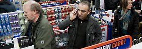 Viele Menschen informieren sich imInternet überAngebot und Preise bevor sie in einen Laden gehen - oder umgekehrt.