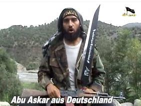 Screenshot eines Videos deutscher Islamisten, das Anfang Oktober 2009 im Internet aufgetaucht war. In der knapp einstündigen Botschaft sind mehrere aus Deutschland stammende mutmaßliche Terroristen zu sehen, die deutsche Muslime zum Heiligen Krieg aufrufen.