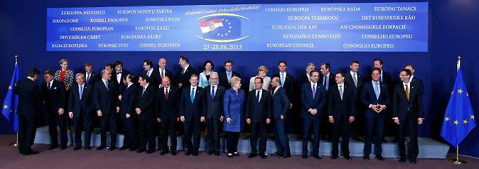Die Staatschefs stellen sich auf. Merkel steht in der Mitte der zweiten Reihe.