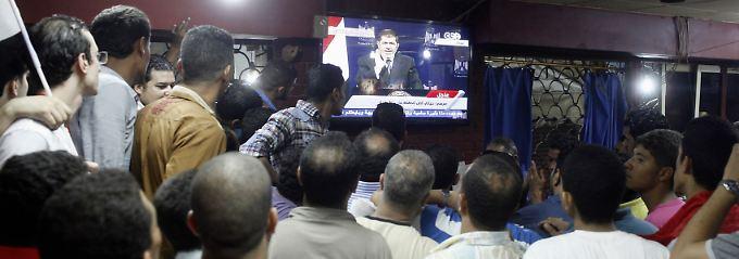 Oppositionelle verfolgen Mursis Fernsehansprache.