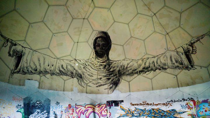 Graffito im Inneren einer Kuppel auf dem Berliner Teufelsberg. Hier betrieb der US-Geheimdienst NSA bis 1992 eine Abhörstation.
