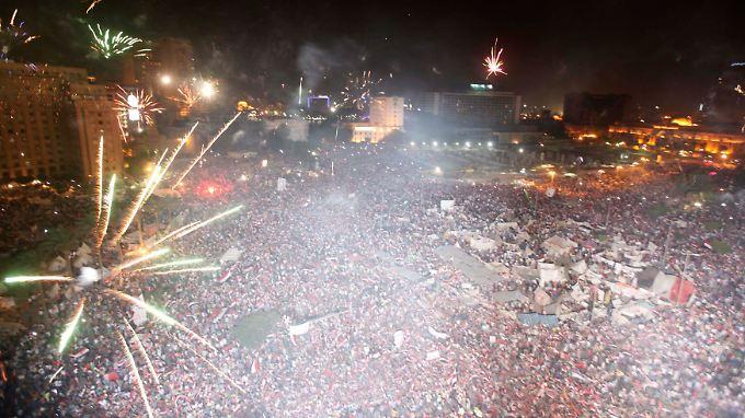 Hunderttausende bejubeln auf dem Tahrir-Platz den Machtwechsel.