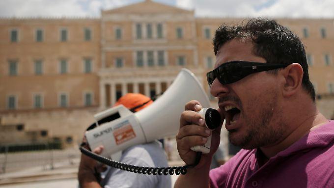 """Kommunalpolizisten protestieren  in Athen gegen ihre Versetzung in die """"Mobilitätsreserve""""."""