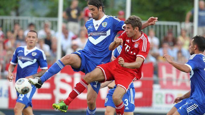 Thomas Müller vom FC Bayern München setzt sich Massimo Paci von Brescia Calzio durch