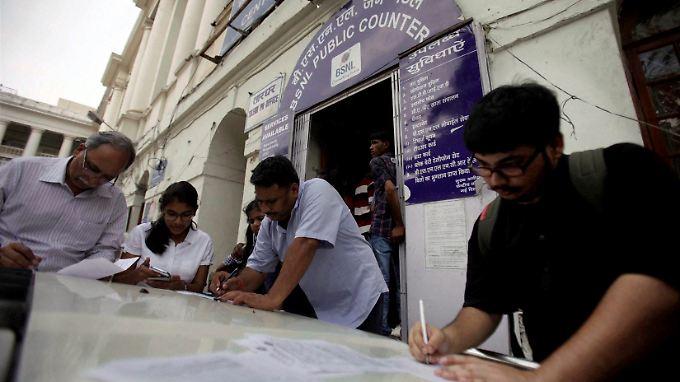 Viele Inder nutzen nochmal die Gelegenheit für ein Telegramm.