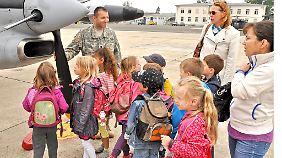 Die Armee gibt sich offen und sucht den Kontakt auch zu den kleinsten Wiesbadenern.