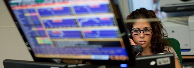 Kühler Blick auf den Bond-Handel: Im Handelsraum einer Lissaboner Bank hält eine Analystin die Entwicklung bei den portugiesischen Staatsanleihen im Auge.