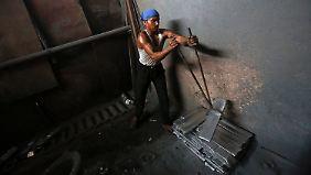 Arbeiter in einer indischen Aluminium-Schmelze