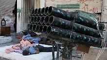 Ein Mitglied der Freien Syrischen Armee schläft neben einem Raketenwerfer.