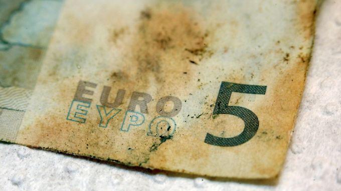 Beschädigt, aber wenigstens gut erkennbar: Fünf-Euro-Schein aus der Flutmasse.