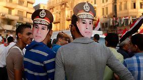 Einige Demonstranten trugen Masken mit dem Gesicht von Armeechef Abdel Fattah al-Sissi.