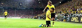 Torschütze Ilkay Gündogan jubelt mit Marcel Schmelzer über den Treffer zum 3:1.