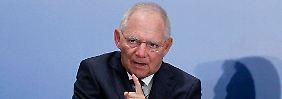 Bundesfinanzminister Schäuble geht von einer niedrigeren Neuverschuldung als geplant aus.