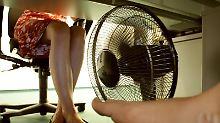 Bei 30 Grad Raumtemperatur zieht so mancher Mitarbeiter schon einmal die Schuhe aus und holt den Ventilator hervor. Dies sollte jedoch nur in Absprache mit dem Chef geschehen.