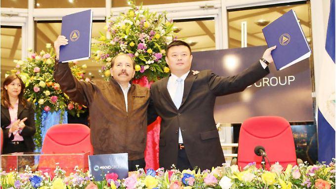 Wang Jing (re.) soll Nicaraguas Präsident Ortega einen Kanal bauen, um das Monopol des Panama-Kanals zu brechen.