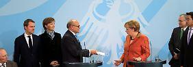 Der Vorsitzende des Gremiums, Wolfgang Franz, überreicht Bundeskanzlerin Angela Merkel Ende 2012 das Jahresgutachten.