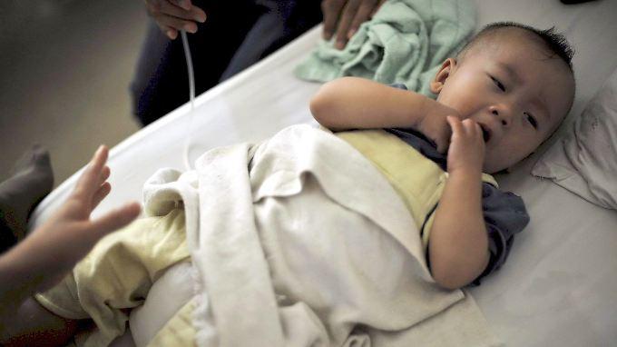 2008 erschüttert ein Milchpulver-Skandal China, mehrere Babys sterben. Seitdem hat die heimische Industrie keinen guten Stand bei der Bevölkerung und Fonterra ist der größte Lieferant von Milchpulver.