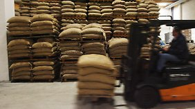 Kaffeesäcke im Rohkaffeezentrums der Neumann Kaffee Gruppe an der Hohen Schaar in Hamburg-Wilhelmsburg.