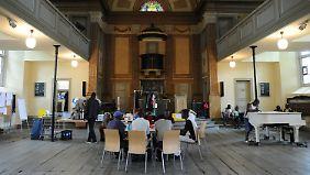 Flüchtlinge aus Afrika beim Frühstück in der St.-Pauli-Kirche in Hamburg.