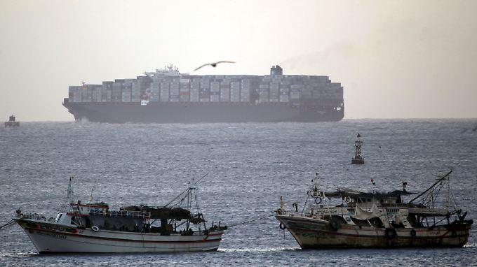 Ein Containerschiff passiert den Suez-Kanal.