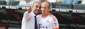 Gerade aus, auf die rechte Seite, Ball holen, nach innen ziehen und Tor schießen: Bayerns Trainer Josep Guardiola erklärt Arjen Robben in Frankfurt, wo es lang geht.