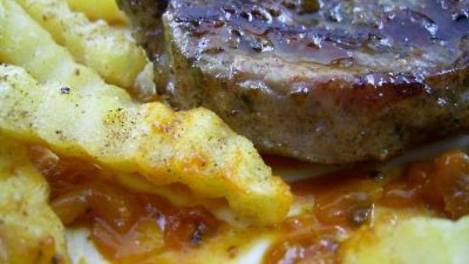 Pommes und ein gegrilltes Steak. Darunter eine umstrittene, aber leckere Soße.