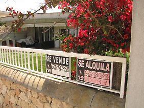 Zu Verkaufen: Ferienimmobilien in Spanien sind manchmal preiswert zu haben. Allerdings sollten Käufer genau hinsehen - sonst können Folgekosten drohen.