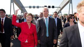 Oberbürgermeisterin Orosz und Ministerpräsident Tillich zeigen sich bei ihrem ersten Gang über die Brücke erfreut.