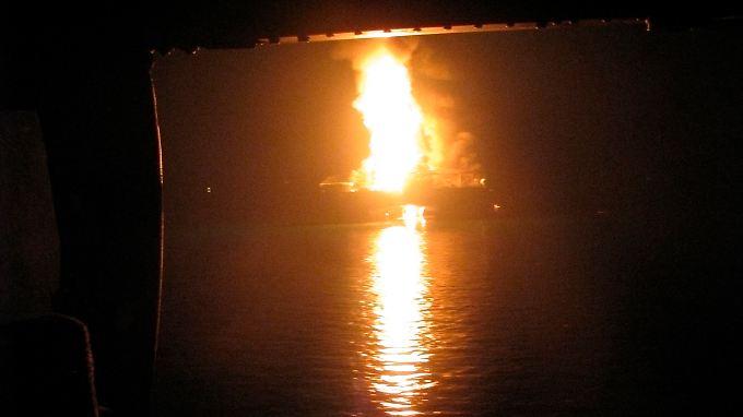 Eines der ersten Bilder von der brennenden Ölplattform. Das Foto wurde am 21. April von einem Hubschrauber der US-Küstenwache aus gemacht.