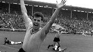 Dabei traf er in der Bundesliga wie am Fließband. In 183 Spielen machte er sensationelle 115 Tore - die meisten für Borussia Dortmund. Auf diesem Bild bejubelt er allerdings den Treffer seines Mannschaftskameraden Timo Konietzka (hinten). Trotz seiner starken Quote hat er nur zwei Länderspiele machen dürfen.