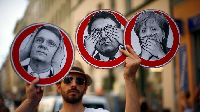 Bürger kritisieren bei einer Demonstration die Bundesregierung, weil sie ihrer Meinung nach nicht genug gegen die massenhafte Ausspähung von Bürgern in Deutschland tut.