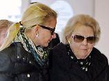 Gemeinsam lässt sich Trauer besser tragen. Prinzessin Beatrix und ihre Schwiegertochter Mabel.