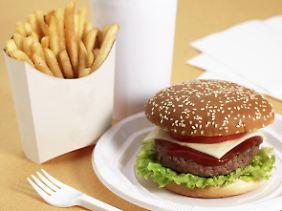 Mangel hier, Verschwendung da: Die Herstellung eines Fast-Food-Menüs verbraucht laut WWF 6000 Liter Wasser.