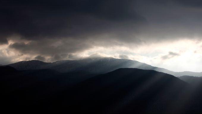 Die Sonne kämpft sich durch die Wolken.