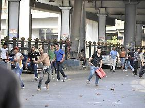 Mursi-Anhänger werfen Steine auf Sicherheitskräfte.