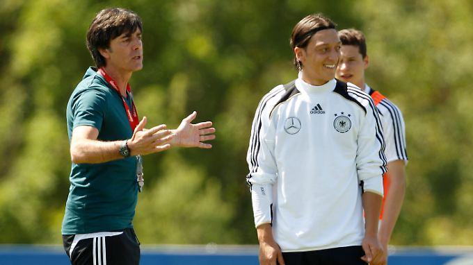 """""""Es ist für mich ein Stück weit unverständlich, dass Real seinen Topscorer verkauft."""" Sagt Joachim Löw über Mesut Özil."""
