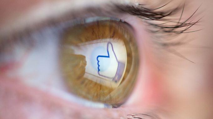 Viele Nutzer verbringen jeden Tag Stunden bei Facebook - und informieren sich vor allem dort über das Weltgeschehen.