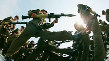 Zehntausende Soldaten marschieren über den Kim-Il-Sung-Platz, ...