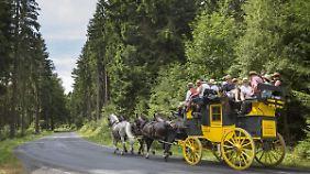 Eine Postkutsche auf dem Weg durch den Thüringer Wald. Zusammen mit dem ADAC soll es bei den Städteverbindungen aber flotter zugehen.